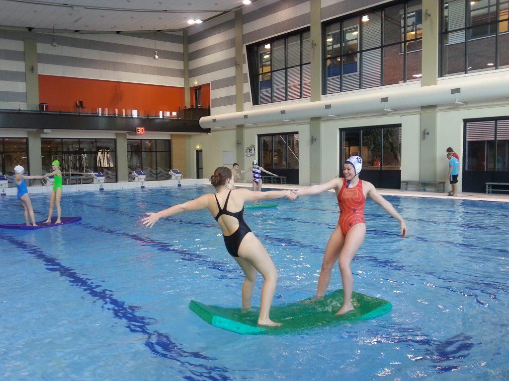 Evenwichtsoefening op mat te water-Maatwerk4sport